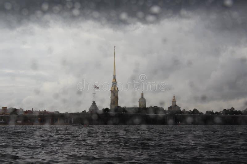 Дождь над крепостью Питера и Пола стоковые изображения rf