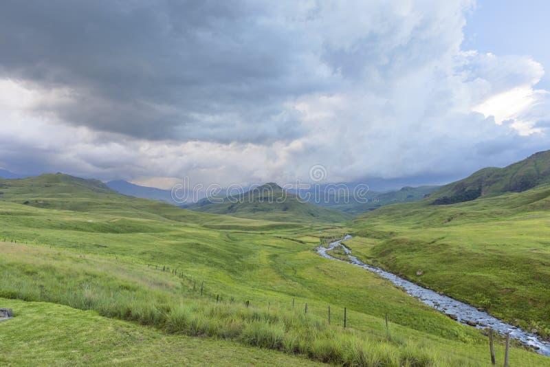 Дождь на горе и реке пропуская в зеленой долине стоковые изображения