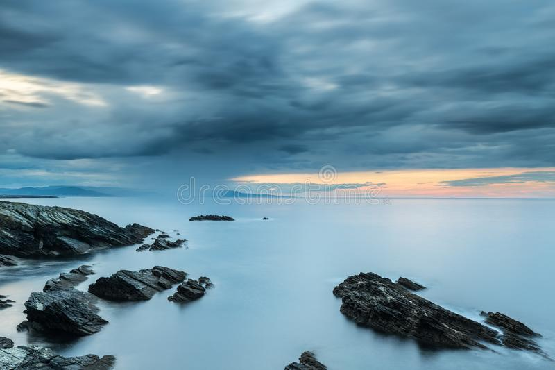 Дождь на прибрежном горизонте стоковое изображение rf