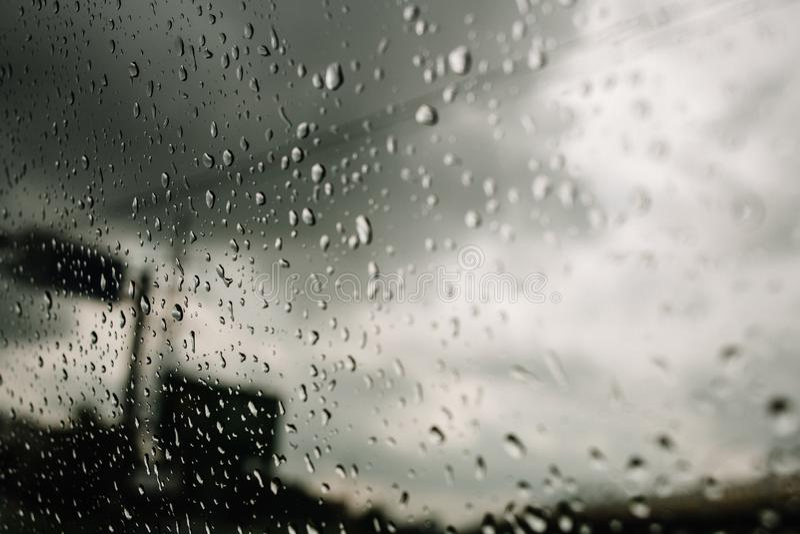 Дождь на шоссе, проливной дождь на лобовом стекле, windscreen пока управляющ на шоссе в автомобиле, фургоне, тележке стоковое фото rf