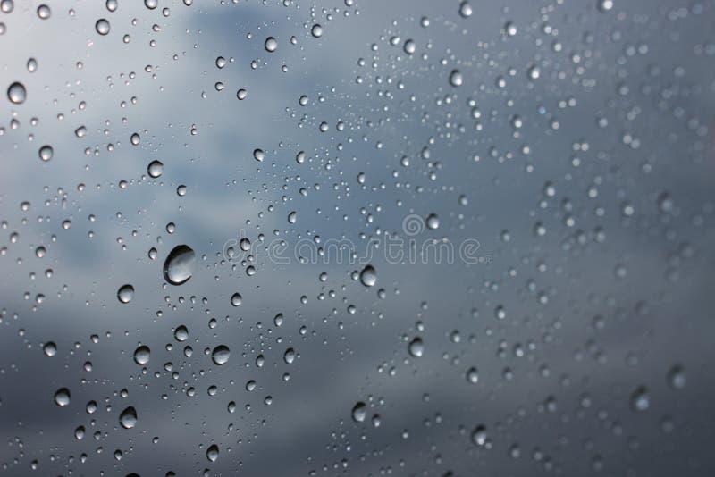 Дождевая капля воды на стеклянном окне стоковая фотография rf