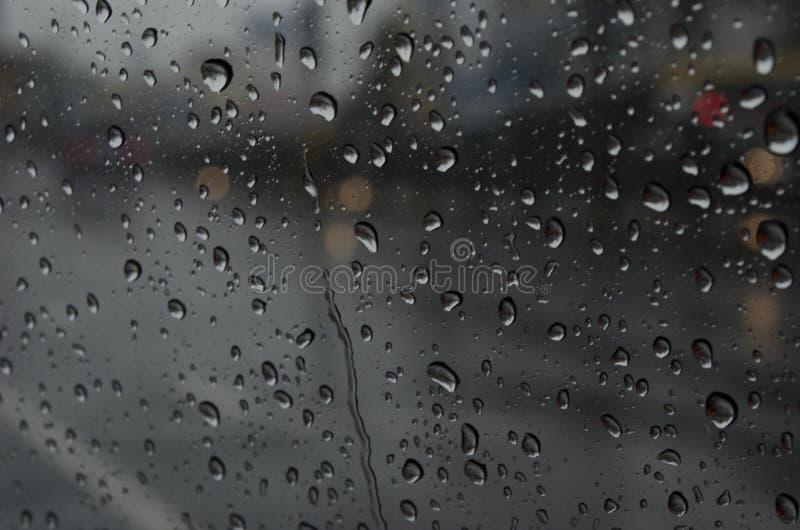 Дождевая капля и подача на стекло стоковые изображения