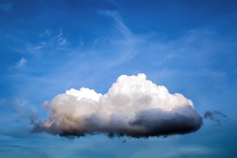 Дождевое облако на предпосылке крупного плана голубого неба стоковое изображение rf