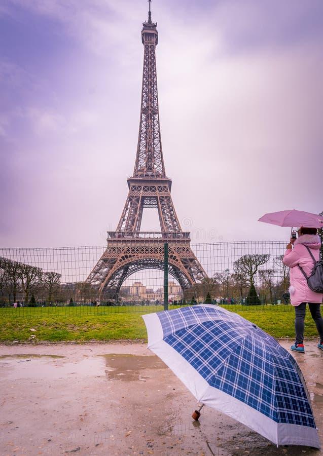 Дождливый день в Париже на Эйфелевой башне стоковое фото rf