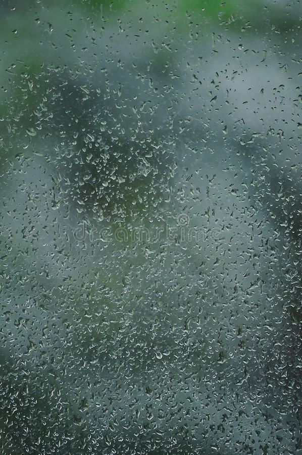 Дождливый день, дождевые капли на влажном стекле окна, вертикальной яркой абстрактной детали картины предпосылки дождевой воды, д стоковые фотографии rf