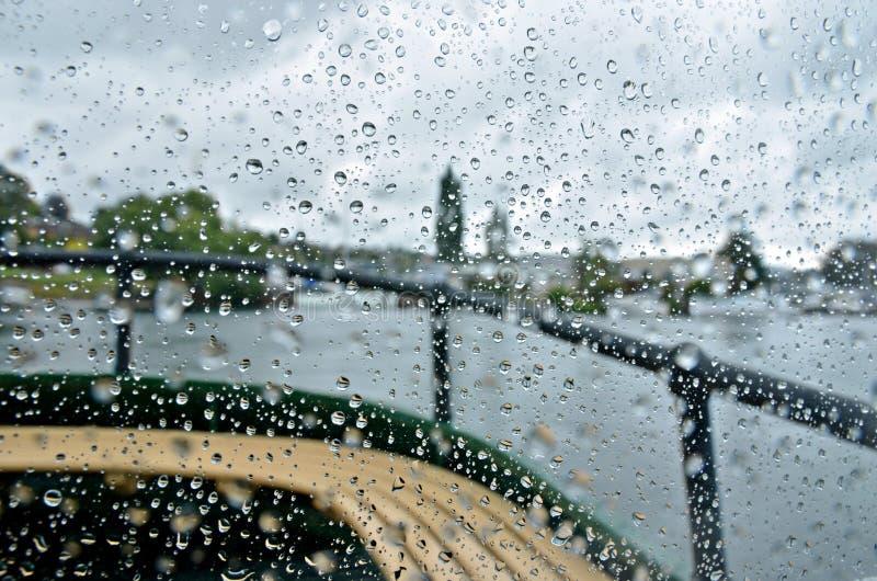 Download Дождь на шлюпочной палуба стоковое фото. изображение насчитывающей raindrops - 37931534