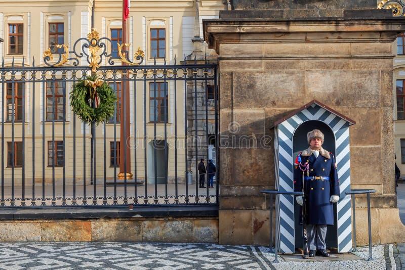 Дозор защищая королевский замок в Праге стоковые фото