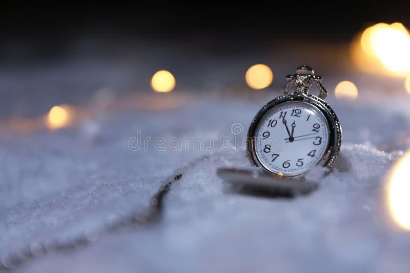Дозор кармана и света рождества на белом снеге, космосе для текста Полуночный комплекс предпусковых операций стоковая фотография rf