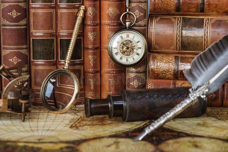 Дозор кармана, серебряная ручка и старые книги стоковые фотографии rf