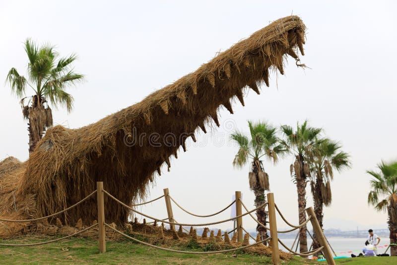 Доисторическая огромная скульптура крокодила сделанная с соломой, саманом rgb стоковое изображение rf