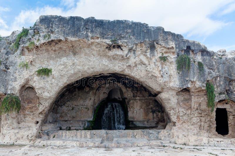 Доисторическая пещера с фонтаном, Сиракузом, Сицилией, Италией стоковые фотографии rf