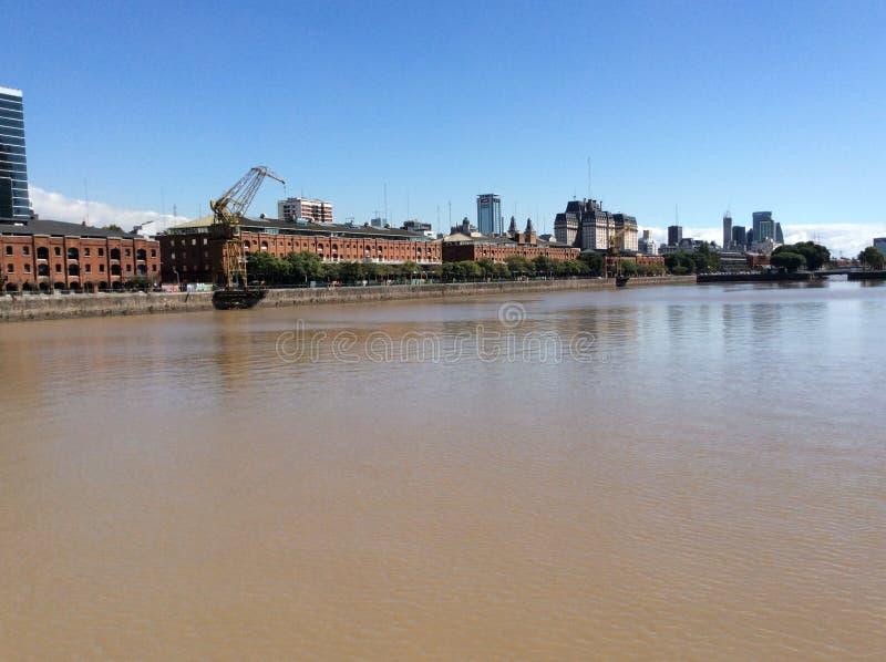Доки и краны в получившемся отказ порте в Буэносе-Айрес, Аргентине стоковая фотография