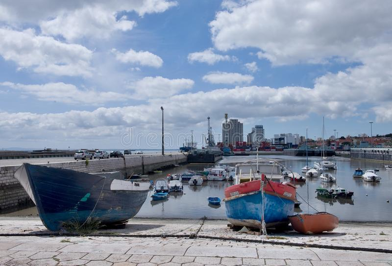 Доки на банках в Лиссабоне, Португалии стоковые изображения rf