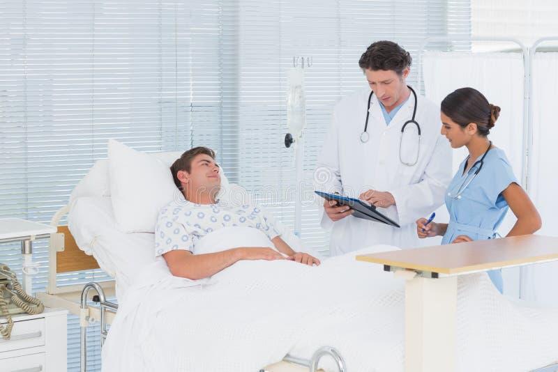 Доктора позаботить о пациент стоковое изображение rf
