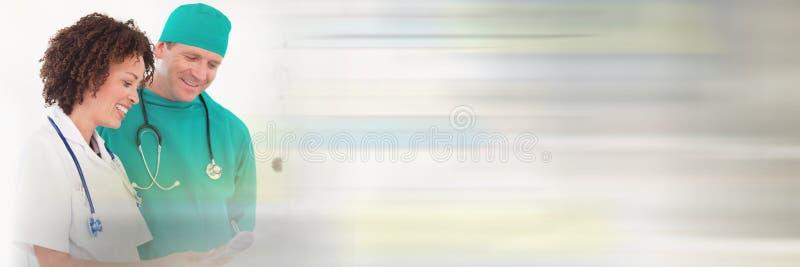 Доктора смотря документ стоковые фотографии rf