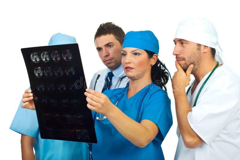 доктора смотря mri объениняются в команду потревожено стоковые фото