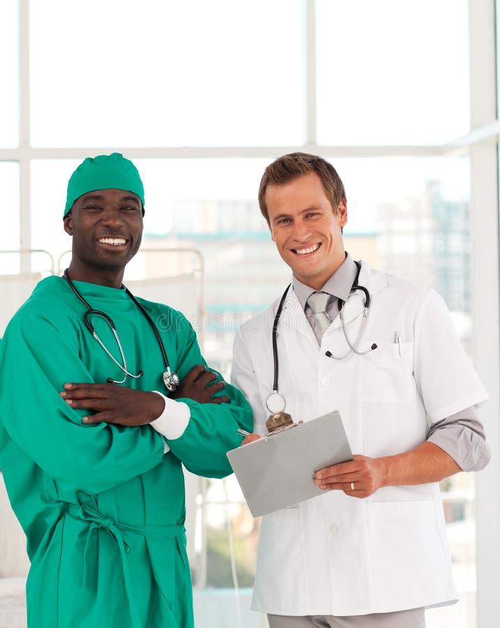 доктора собирают совместно работать стоковое фото
