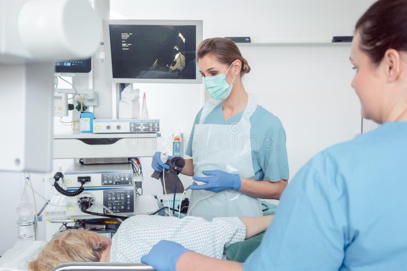 Доктора Internist во время рассмотрения живота стоковое фото