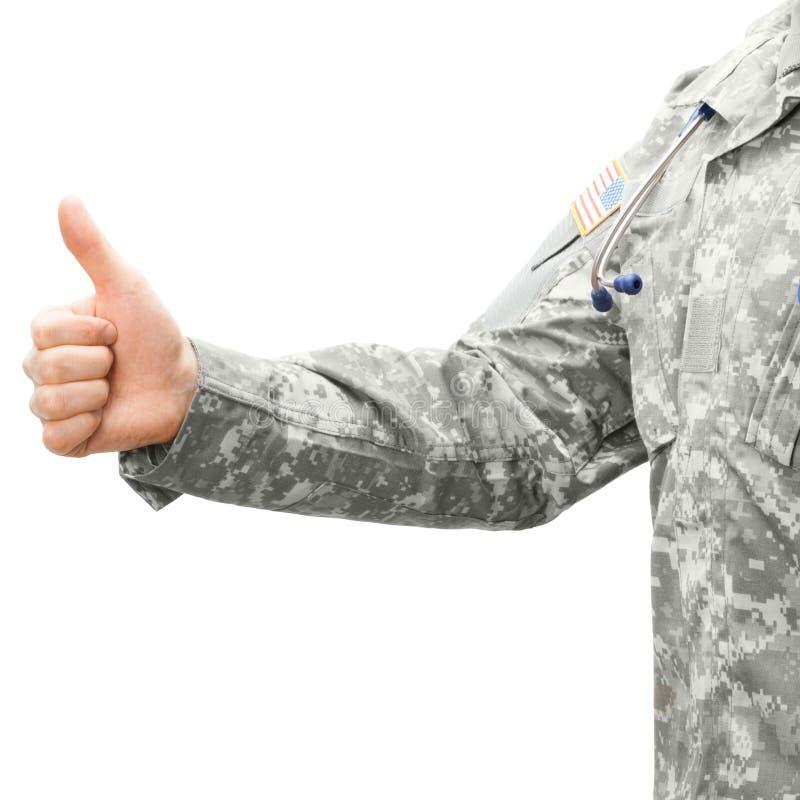 Доктор армии США показывая съемку большого пальца руки вверх - близкую поднимающую вверх стоковые изображения