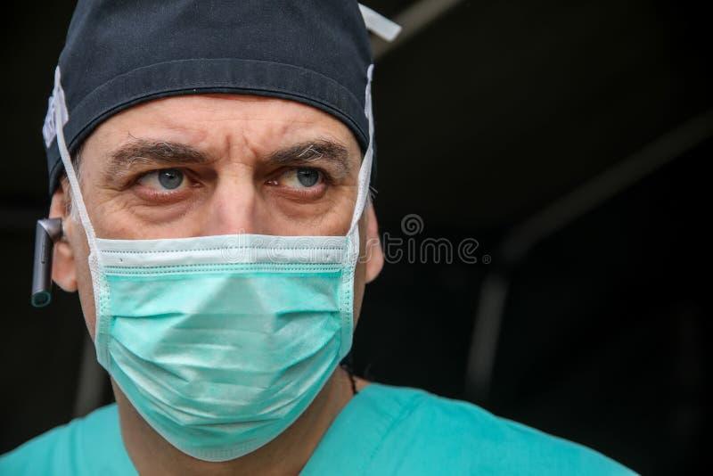 Доктор во время тренировки землетрясения на больнице AHEPA стоковое фото rf