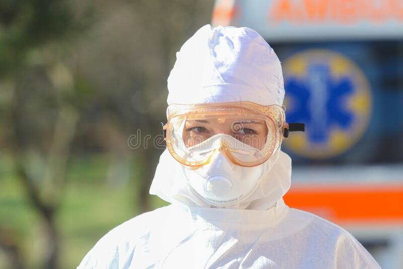 Доктор в защитном костюме во время атаки КОВИД-19 во второй половине дня стоковая фотография rf