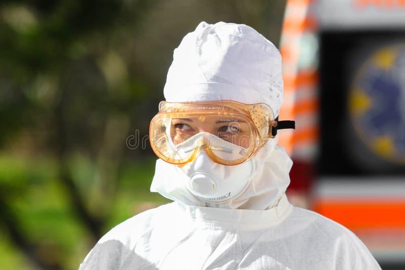 Доктор в защитном костюме во время атаки КОВИД-19 во второй половине дня стоковое фото rf