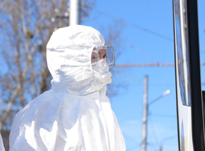 Доктор в защитном костюме во время атаки КОВИД-19 во второй половине дня стоковые изображения