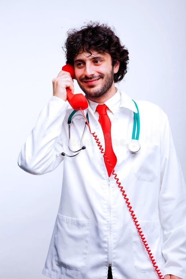 Доктор говоря на телефоне стоковое фото rf