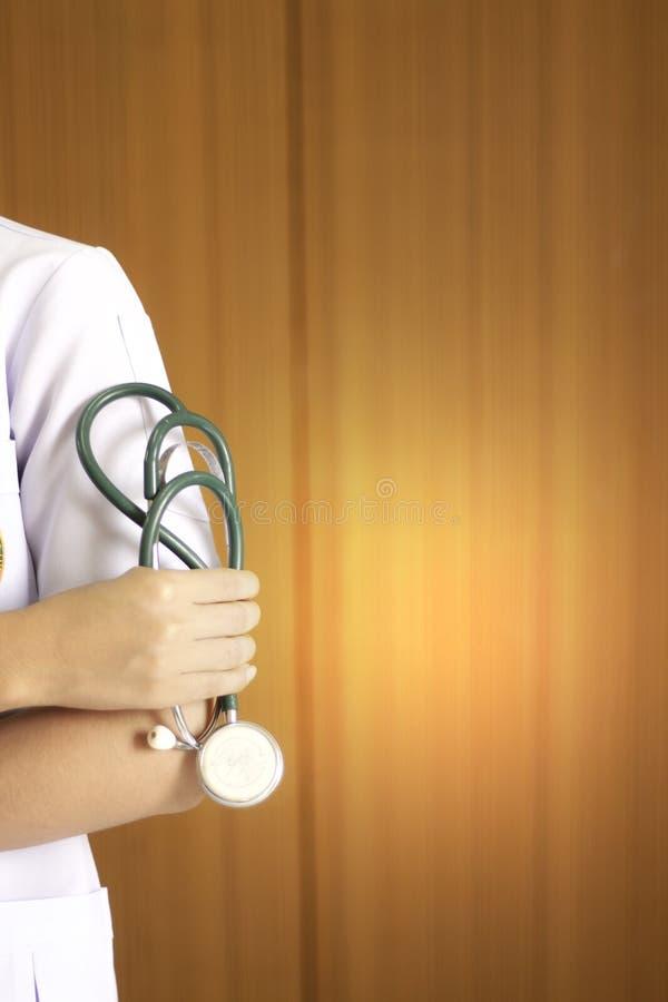 Доктор держа инструмент шлемофона стоковые фотографии rf