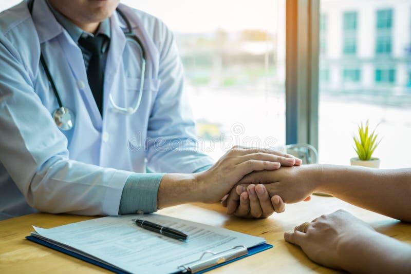 Доктор держит руки и выходит утешать советников к пациенту стоковые фото