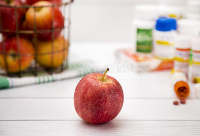 доктор дня яблока отсутствующий держит стоковое фото rf