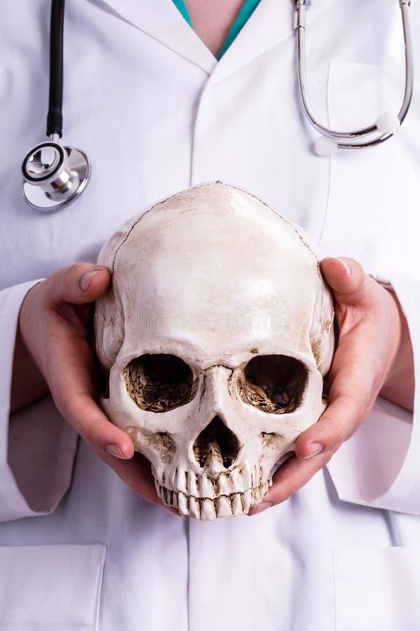 фото человека держащего в руках череп фото