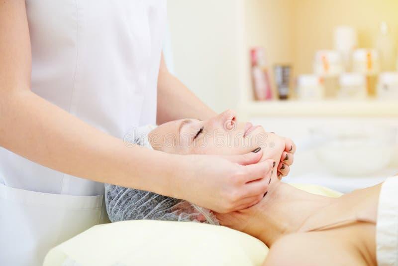 Доктор делая лицевой массаж стоковое фото rf