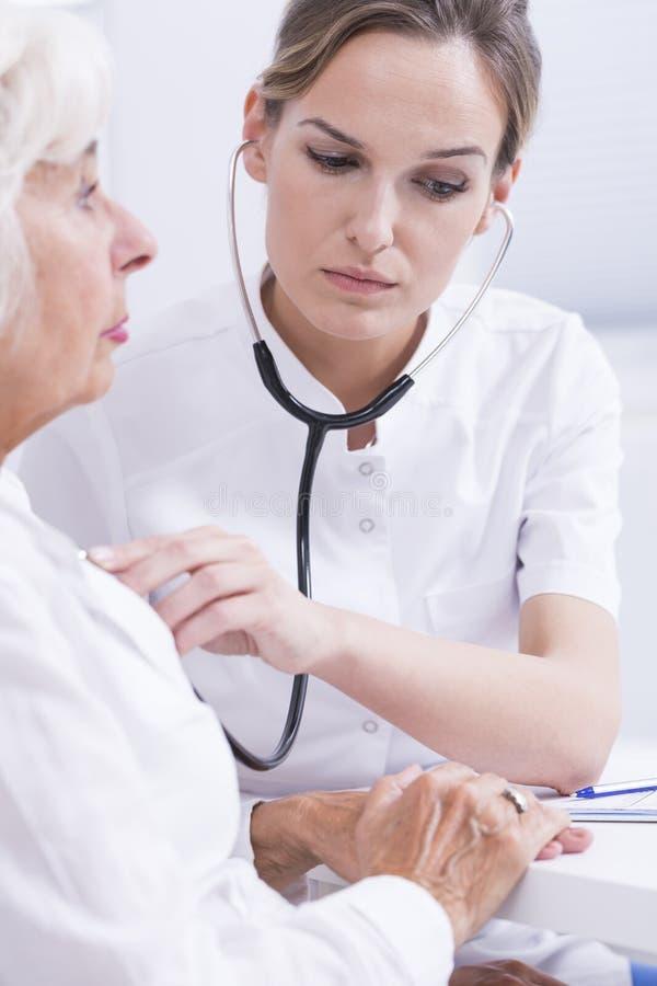Смотреть на осмотре у доктора женщины молодой