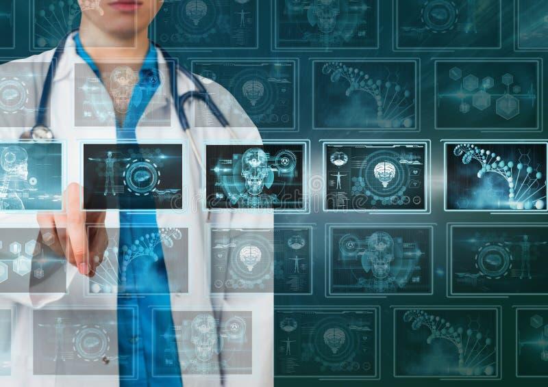 Доктор женщины взаимодействуя с медицинскими интерфейсами стоковое изображение