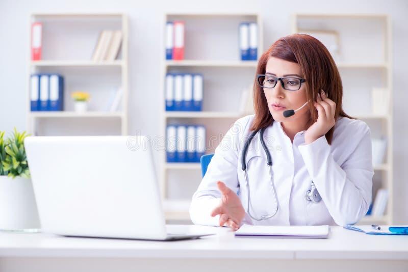 Доктор женщины в концепции телемедицины стоковые изображения rf