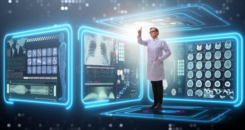 Доктор женщины в концепции mhealth телемедицины стоковое фото