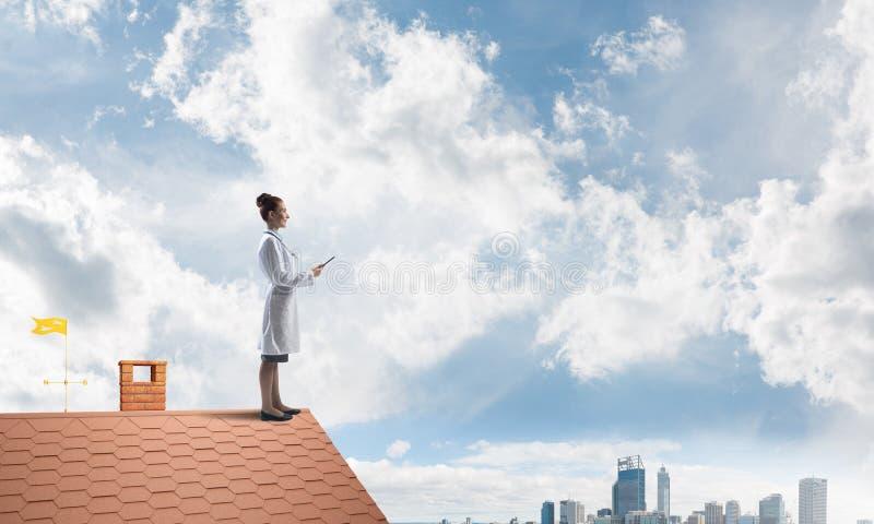 Доктор женщины готов помочь всему городу стоковые изображения