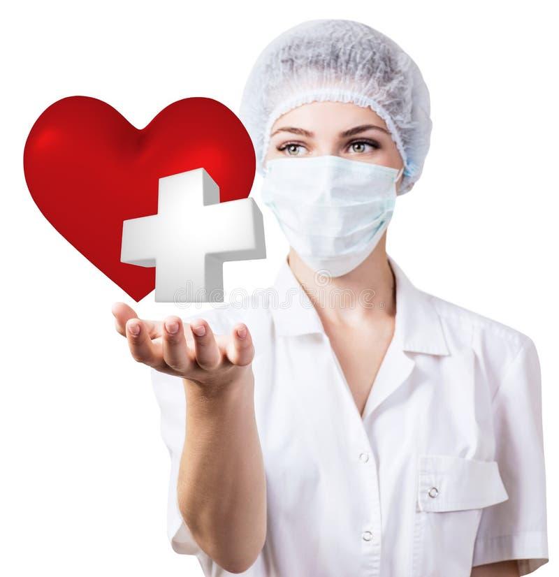 Доктор женщины кардиолога держа большое красное сердце стоковые фотографии rf