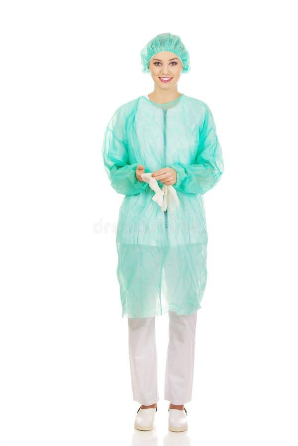 Доктор женщины нося медицинские перчатки стоковое фото rf