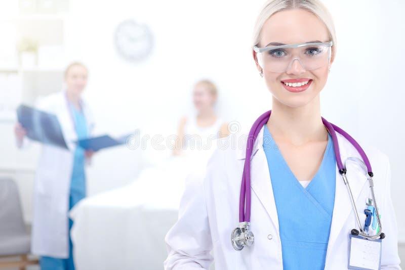 Доктор женщины стоя на больнице стоковые изображения