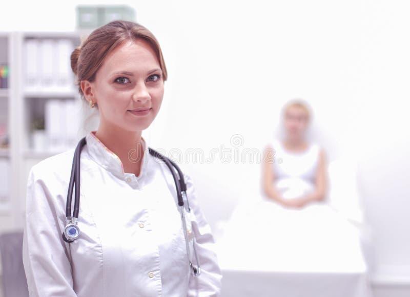 Доктор женщины стоя со стетоскопом на больнице стоковые изображения