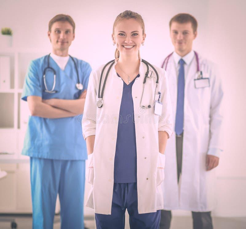 Доктор женщины стоя с папкой на больнице стоковые фото
