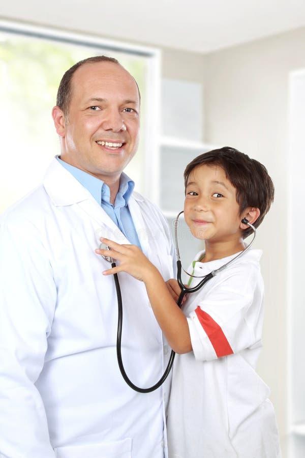 Доктор имеет потеху с его пациентом стоковое изображение rf