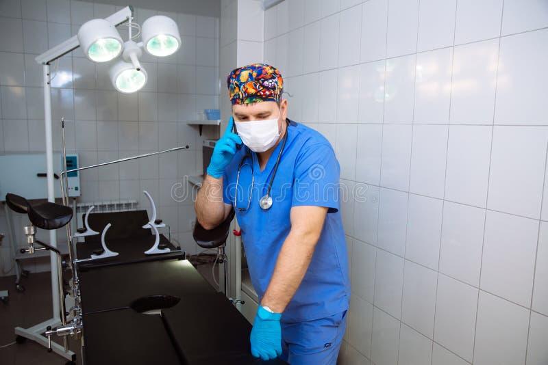 Доктор имея телефонный звонок на его медицинском офисе Концепция больницы стоковые фотографии rf