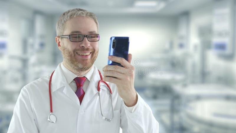 доктор использует свой телефон для телемедицинной видео-сессии с пациентом стоковые фотографии rf