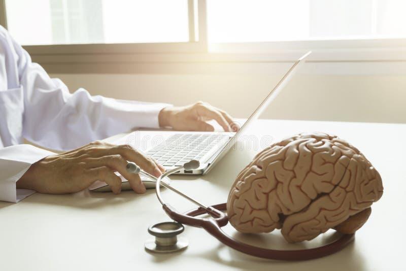 Доктор используя портативный компьютер стоковое фото