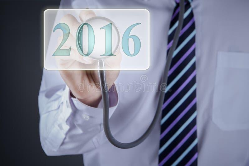 Доктор используя стетоскоп для того чтобы касаться 2016 иллюстрация вектора