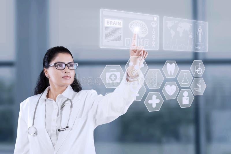 Доктор используя футуристический интерфейс сенсорного экрана стоковые изображения rf