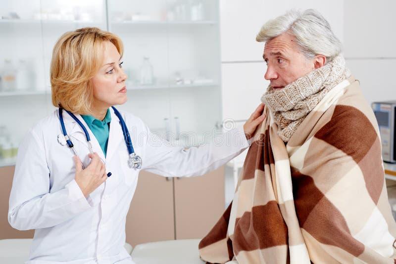 Доктор и больной человек стоковая фотография